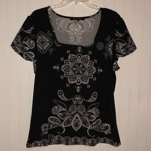 Tops - Black short sleeve top with design